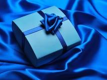 Blaues Geschenk stockbild