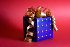 Blaues Geschenk des neuen Jahres mit gelbem Bogen Lizenzfreies Stockfoto