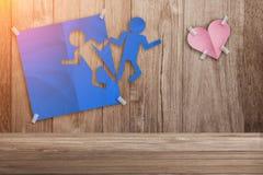 Blaues geschnittener Betrieb des Mannes Papier für Liebe Stockfoto
