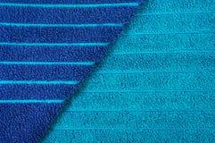 Blaues gestreiftes Badetuch Stockbild