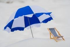 Blaues gestreiftes Liege im Schnee stockbilder