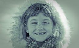 Blaues getontes quadratisches Formatbild behaartes Mädchen des jungen Mädchens tragenden Eskimos redete Pelz getrimmte Haube an Stockfoto