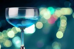 Blaues Getränk und Neonleuchte Stockfotografie