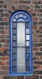Blaues gewölbtes Fenster lizenzfreie stockbilder