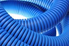 Blaues gewölbtes Rohr für elektrische Hochspannungskabel Stockfotos