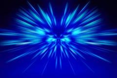 Blaues Glühen auf einem dunklen Hintergrund stockfotos
