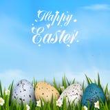 Blaues Glühen Fröhliche Ostern mit realistischen bunten verzierten Wachteleiern, Gras, Frühling blühen Entwurf Stockfotos
