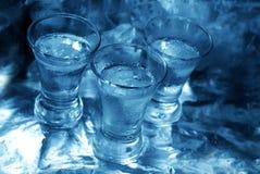 Blaues Glas mit Wodka Stockfoto