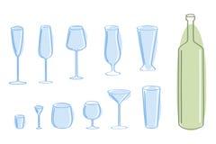 Blaues Glas und grüne Flasche. Stockfoto
