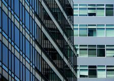 Blaues Glasbürohaus Stockfoto