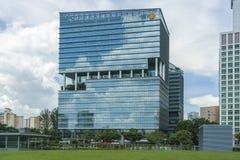 Blaues Glasgebäude mit Balkon stockbild