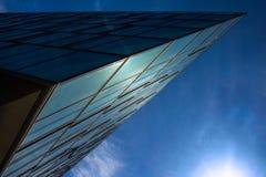 Blaues Glasgeschäftsgebäude Stockbild