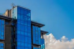 Blaues Glaswohngebäude Lizenzfreie Stockfotos