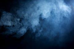 Blaues Grey Smoke auf schwarzem Hintergrund Stockfotos