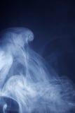 Blaues Grey Smoke auf schwarzem Hintergrund lizenzfreies stockbild