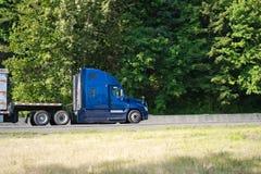 Blaues großes der Anlage LKW-Profil halb, das halb zum Anhänger auf dem r passt stockbilder