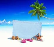 Blaues hölzernes Brett mit anderen Gegenständen durch den Strand stockfotos