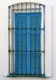 Blaues hölzernes Fenster im weißen Haus stockfotos