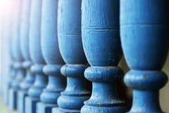 Blaues hölzernes Geländer Stockbild