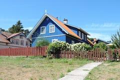 Blaues hölzernes Haus, Litauen Stockbilder