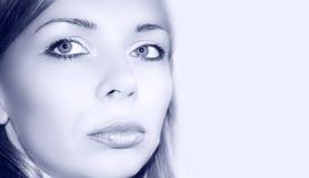 Blaues hübsches Frauenportrait lizenzfreies stockbild