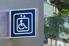 Blaues Handikap-Aufzugs-Zeichen mit unscharfem Glas-BAC stockfoto