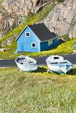 Blaues Haus, hölzerne Boote, Grönland lizenzfreie stockbilder