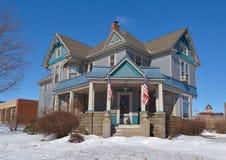 Blaues Haus im Schnee Stockfoto