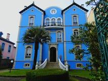 Blaues Haus in Llanes, Asturien, Spanien stockbild