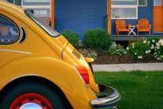 Blaues Haus mit hölzernen Stühlen und gelbem Programmfehler Stockfotos