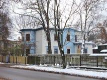 Blaues Haus nahe Straße, Lettland Stockbilder