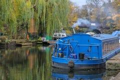 Blaues Hausboot auf dem Kanal in London stockbild