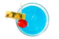 Blaues hawaiisches Cocktail lokalisiert auf weißem Hintergrund Lizenzfreies Stockfoto