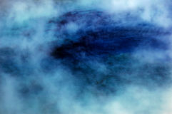 Blaues heißer Frühlings-Pool mit Dampf Stockfotografie