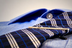 Blaues Hemd mit Gleichheit Stockfoto