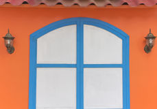 Blaues Holz faßte weiße Tür ein Stockfoto