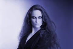 Blaues künstlerisches Portrait der attraktiven Frau Lizenzfreies Stockfoto