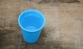 Blaues kampierendes Plastikcup getrennt Stockfotografie