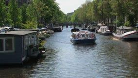 Blaues Kanalboot mit den typischen Amsterdam-Flaggen stock video