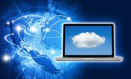 Blaues klares Bild der Kugel und des Laptops mit Wolkenschirm Stockfoto