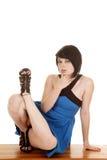 Blaues Kleidergesichtsdurchdringen sitzt Bein oben lizenzfreies stockfoto