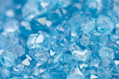 Blaues Kristalle Achatmineral sein unscharfer natürlicher Hintergrund Stockbild