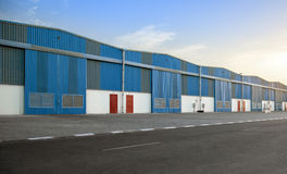 Blaues Lagergebäude Lizenzfreie Stockfotos
