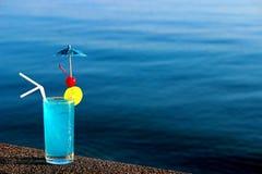 Blaues Lagunencocktail auf Wasserhintergrund Stockfoto