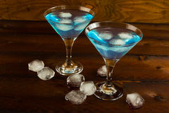Blaues Lagunencocktail gedient in Martini-Glas Lizenzfreies Stockbild