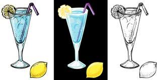 Blaues Lagunencocktail mit einer Zitronenscheibe und -eis Stockfotos