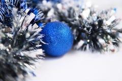 Blaues Lametta und Weihnachtsball stockbild