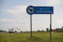 Blaues Landstraßen-Zeichen sagt Willkommen zu South Carolina lizenzfreies stockbild