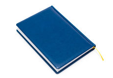 Blaues Leder abgedecktes Buch getrennt auf Weiß Stockbild