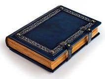 Blaues ledernes Buch mit versilbertem Rahmen, gealterten Seiten und Metallverschlüssen stockfotos